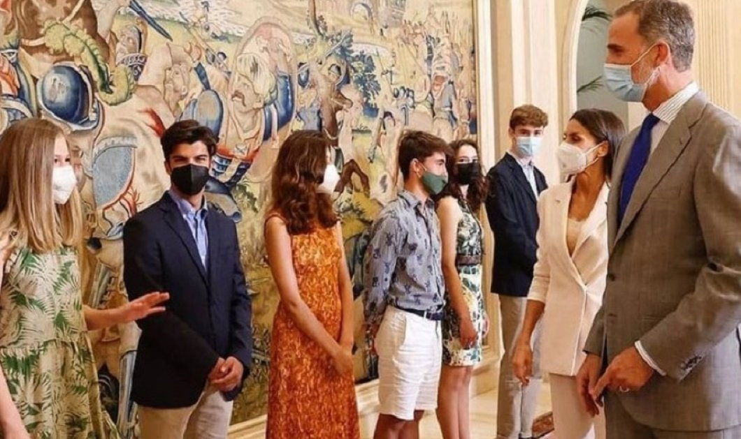 Κομψότατες μαμά & κόρη: Η βασίλισσα Λετίσια & η Πριγκίπισσα Ελεονώρα υποδέχθηκαν τους νέους που θα σπουδάσουν στο εξωτερικό (φώτο-βίντεο) - Κυρίως Φωτογραφία - Gallery - Video