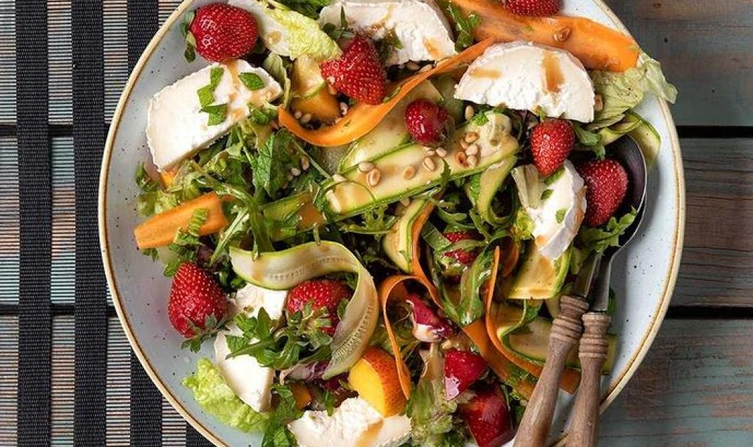Καλοκαιρινή σαλάτα με φρούτα και κατσικίσιο τυρί από τον Άκη Πετρετζίκη - Γρήγορη, εύκολη, θρεπτική  - Κυρίως Φωτογραφία - Gallery - Video