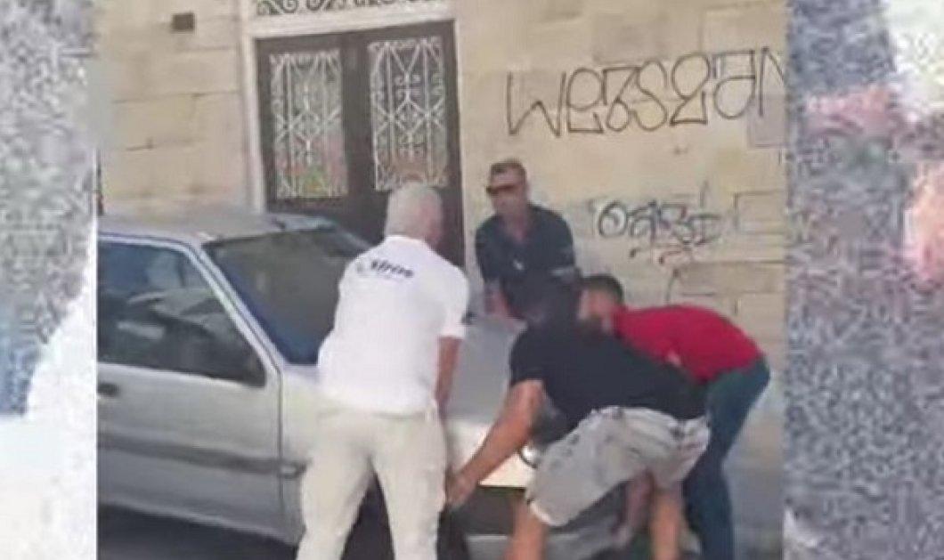 Σύρος - Βίντεο: Η στιγμή που οι τουρίστες σηκώνουν στα χέρια ένα ΙΧ - Εμπόδιζε το λεωφορείο να περάσει και θα έχαναν την πτήση τους! - Κυρίως Φωτογραφία - Gallery - Video