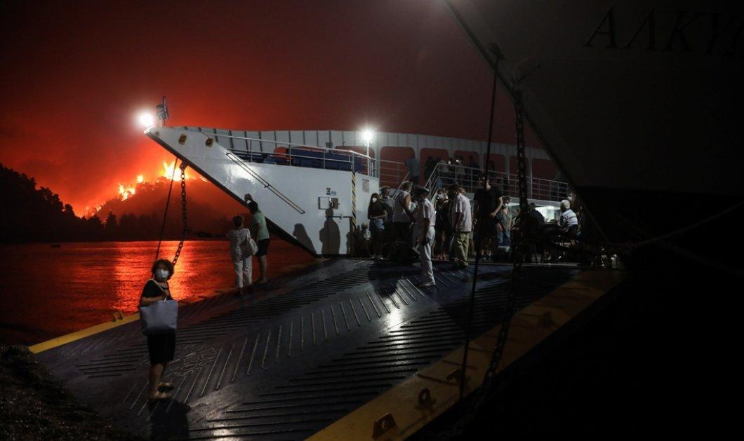Στο έλεος του πύρινου εφιάλτη η Εύβοια : Δραματική διάσωση πολιτών στη λίμνη - Στις φλόγες Κεχριές, Μουρτιά, Λίμνη, Ροβιές (φώτο-βίντεο)  - Κυρίως Φωτογραφία - Gallery - Video