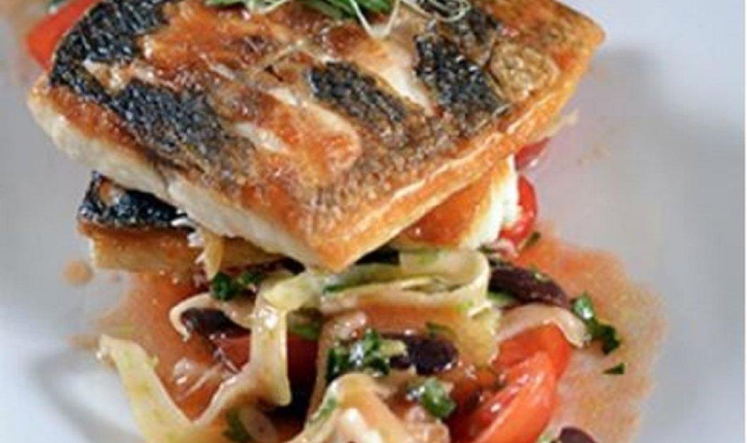 Ο Γιάννης Λουκάκος προτείνει ψαράκι για το καλοκαίρι: Λαβράκι στο τηγάνι με δροσερή σαλάτα από φινόκιο, ελιές και ντομάτα - Κυρίως Φωτογραφία - Gallery - Video