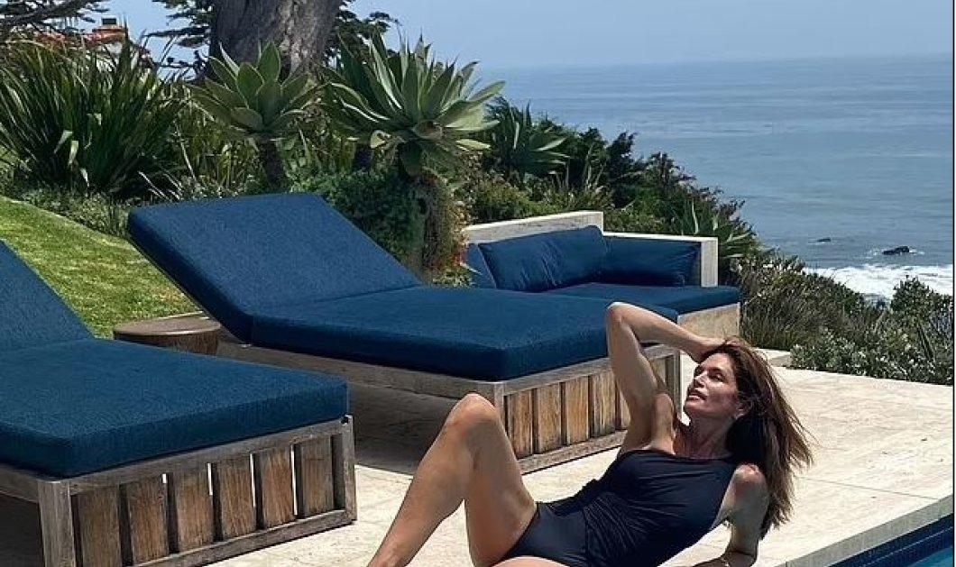 Cindy Crawford: Ομορφιά 55 καρατίων – Με σικάτο μπλε ολόσωμο κάνει ηλιοθεραπεία πλάι στην πισίνα (φώτο) - Κυρίως Φωτογραφία - Gallery - Video