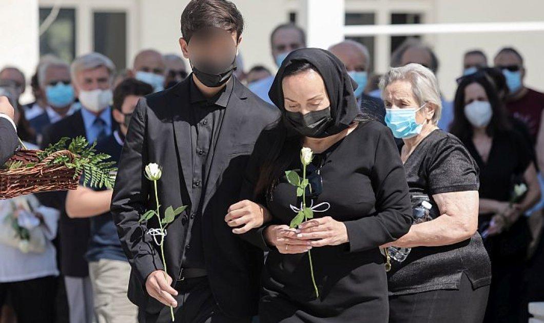 Κηδεία Άκη Τσοχατζόπουλου: Με μαύρο μαντήλι η Βίκυ Σταμάτη, αγκαζέ με τον 14χρονο γιο τους Άκη junior (φωτό) - Κυρίως Φωτογραφία - Gallery - Video