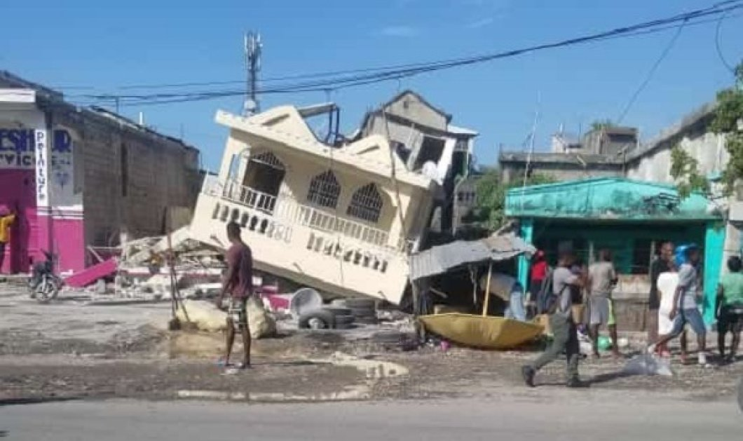 Σεισμός στην Αϊτή: Συγκλονίζουν οι εικόνες από το χτύπημα των 7.2 Ρίχτερ - Πάνω από 300 νεκροί, χιλιάδες τραυματίες & αγνοούμενοι (βίντεο) - Κυρίως Φωτογραφία - Gallery - Video