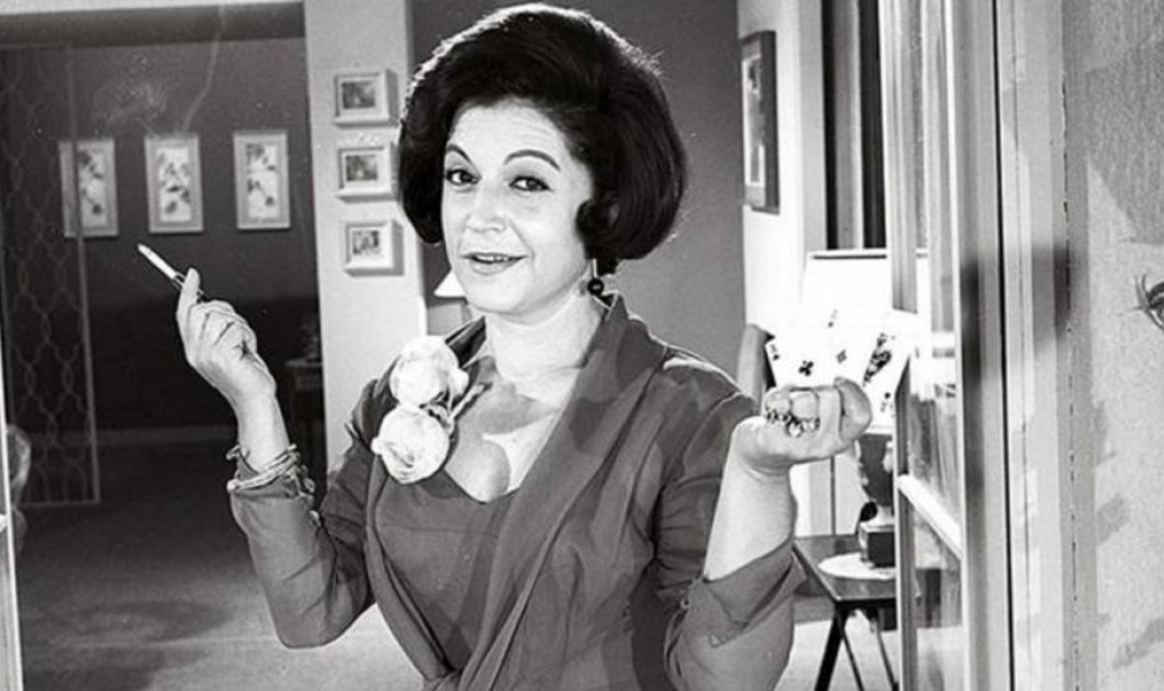 Σπανιότατη vintage pic: Η νεαρή Ρένα Βλαχοπούλου τραγουδά για τους συμπατριώτες της στην Κέρκυρα - Η μεγάλη σταρ όπως δεν την έχουμε ξαναδεί  - Κυρίως Φωτογραφία - Gallery - Video