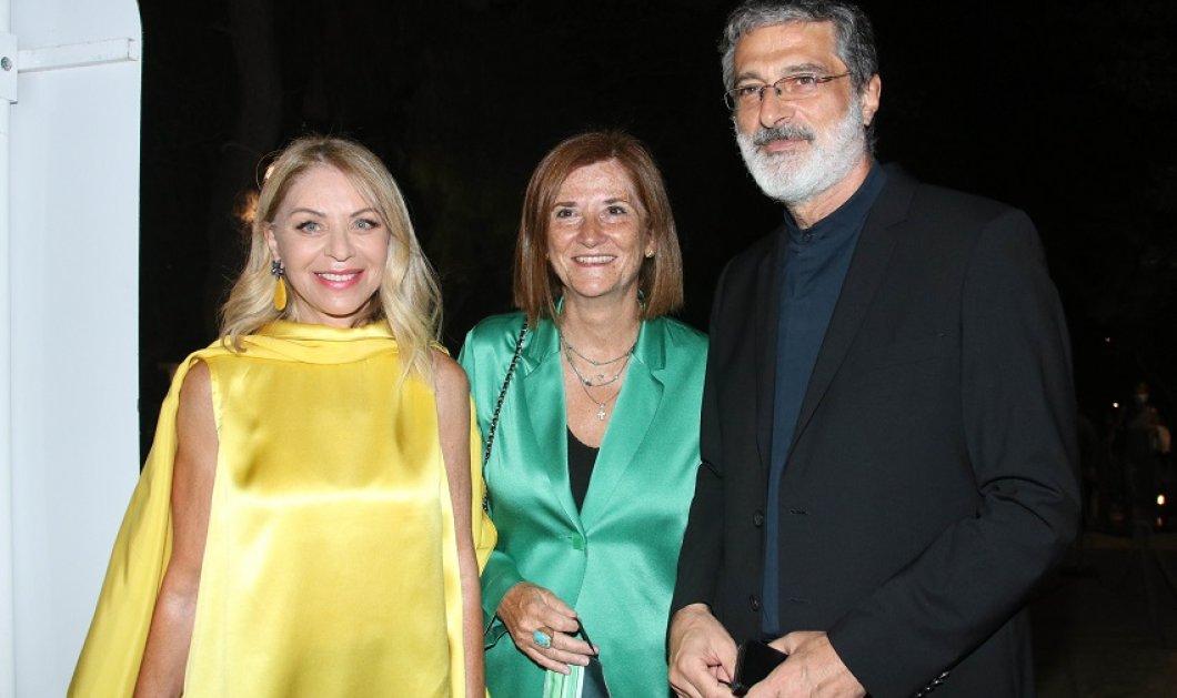 Η Έλλη Στάη στο Ηρώδειο με σατέν κίτρινη μπλούζα & ίδια σκουλαρίκια - Την υποδέχθηκε η συμπεθέρα της  - Η πριγκίπισσα στην παρέα τους (φώτο) - Κυρίως Φωτογραφία - Gallery - Video
