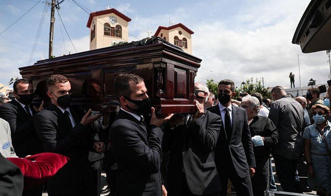 Στην κρητική γη αναπαύεται ο οικουμενικός Μίκης Θεοδωράκης - Ρίγη συγκίνησης στην κηδεία,  δάκρυσε η ΠτΔ, με ριζίτικο ο αποχαιρετισμός του (φωτό - βίντεο) - Κυρίως Φωτογραφία - Gallery - Video