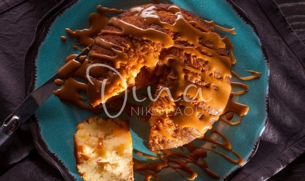 Κέικ με φυστικοβούτυρο μήλο & σάλτσα αλατισμένης καραμέλας από τη  Ντίνα Νικολάου-  Έκρηξη γεύσεων  σε έναν τέλειο συνδυασμό  - Κυρίως Φωτογραφία - Gallery - Video
