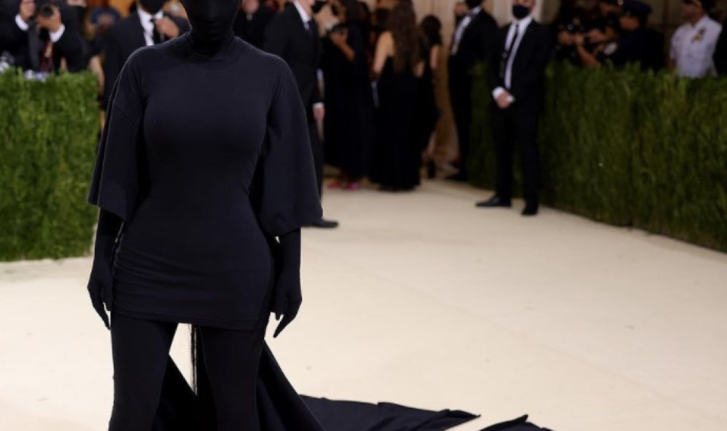 Kim Kardashian: Με μαύρη μπούργκα από πάνω ως κάτω σε θεαματική εμφάνιση στο Μet Gala - Το full face του Balenciaga (φωτό - βίντεο) - Κυρίως Φωτογραφία - Gallery - Video