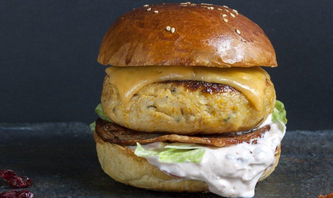Ένα υγιεινό burger από τον Γιάννη Λουκάκο -  Με γαλοπούλα, μπέικον, τσένταρ & σάλτσα κράνμπερι - Κυρίως Φωτογραφία - Gallery - Video