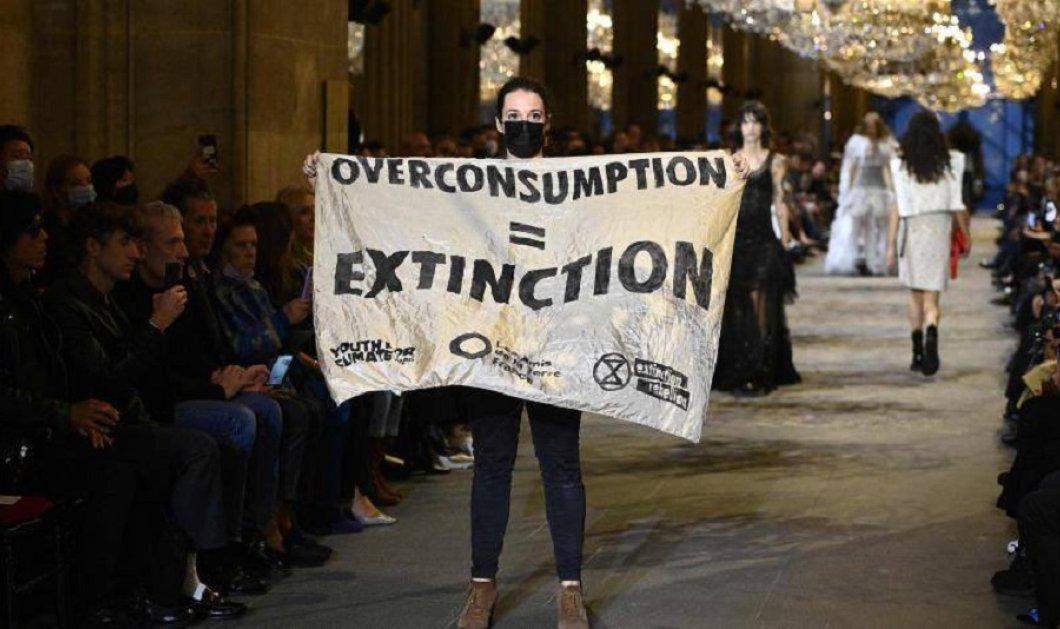 """""""Χαμός"""" στο ντεφιλέ του Louis Vuitton στο Παρίσι: Ακτιβίστρια εισέβαλλε στην επίδειξη & περπάτησε με πανό στην πασαρέλα - """"Άφωνοι"""" οι διάσημοι προσκεκλημένοι (φώτο-βίντεο) - Κυρίως Φωτογραφία - Gallery - Video"""