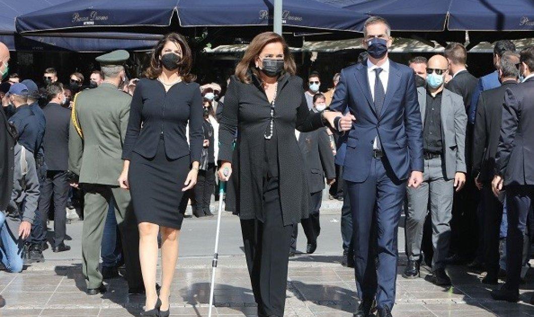Φώφη Γεννηματά - κηδεία: Υποβασταζόμενη η Ντόρα Μπακογιάννη - χαιρέτησε την οικογένεια της γενναίας πολιτικού (φωτό & βίντεο) - Κυρίως Φωτογραφία - Gallery - Video
