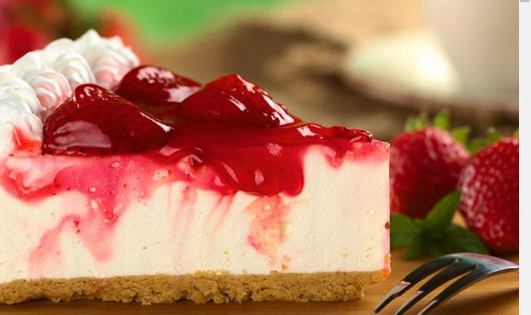 Ο Δημήτρης Σκαρμούτσος μας κακομαθαίνει: Μας δείχνει πως να φτιάξουμε άπαιχτο cheesecake φράουλα - Eλαφρύ & γευστικότατο   - Κυρίως Φωτογραφία - Gallery - Video