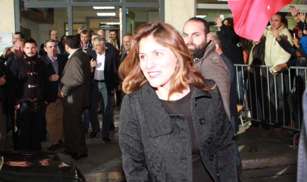 Λαμπερή & με το χαμόγελο στα χείλη πλάι στον Αλέξη Τσίπρα η Περιστέρα Μπαζιάνα - Δείτε την νέα «Πρώτη Κυρία» της Ελλάδας (φωτό) - Κυρίως Φωτογραφία - Gallery - Video