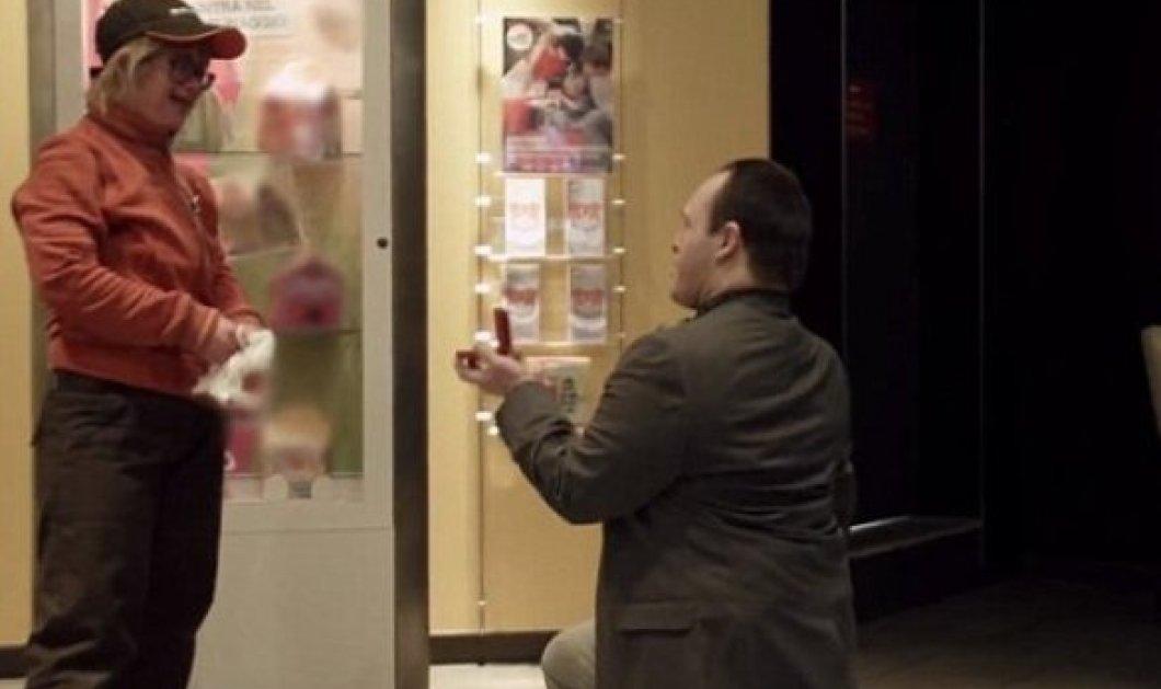 Το βίντεο που συγκίνησε χιλιάδες χρήστες του διαδικτύου - Νεαρός με σύνδρομο Down κάνει πρόταση γάμου στην κοπέλα του! - Κυρίως Φωτογραφία - Gallery - Video