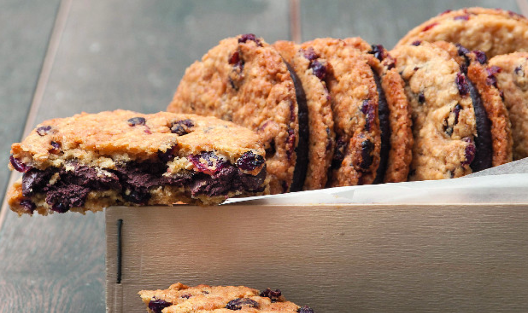 H απολαυστική συνταγή της ημέρας από τον Σ. Παρλιάρο: Cookies με κράνμπερι γεμιστά με σοκολάτα! - Κυρίως Φωτογραφία - Gallery - Video