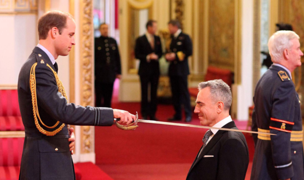 Kαταπληκτική σκηνή: Μόλις έλαβε τον τίτλο του sir ο Ντάνιελ Ντέι Λιούις από το ξίφος του πρίγκιπα Ουίλιαμ! Ωραίες φωτό! - Κυρίως Φωτογραφία - Gallery - Video