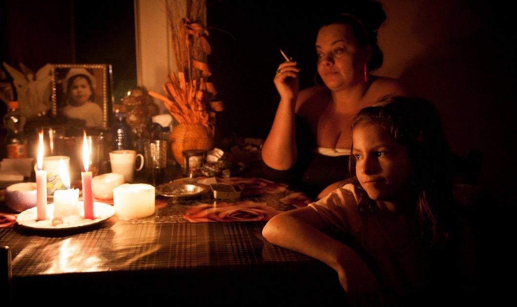 Story of the day: Ένα βράδυ στο σπίτι μιας οικογένειας που ζει χωρίς ρεύμα - Εκεί που τα κεράκια δεν ανάβουν για ρομαντικές στιγμές αλλά από ανάγκη! (φωτό) - Κυρίως Φωτογραφία - Gallery - Video
