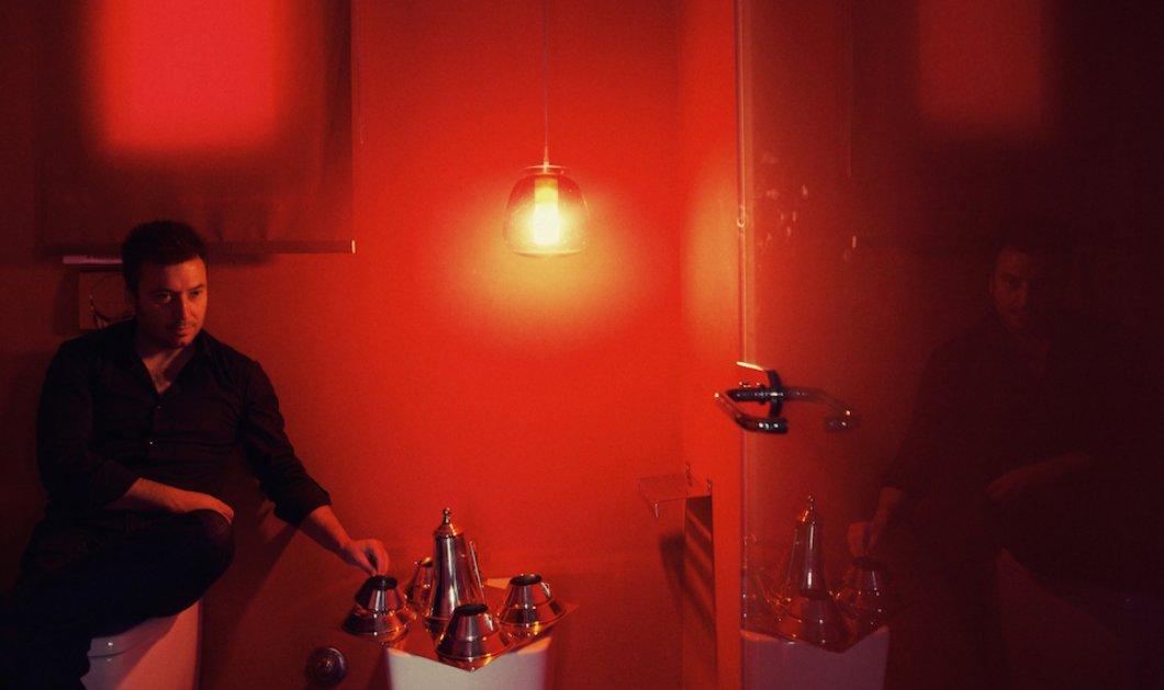 Σπύρος Κοντάκης: ο Έλληνας designer που σχεδίασε την τσαγιέρα με την οποία ποζάρουν οι σταρς του Χόλυγουντ - προσεχώς εκθέτει τα έργα του στο Παρίσι & ζει σε loft της Πλατείας Κοτζιά! (Φωτό)! - Κυρίως Φωτογραφία - Gallery - Video