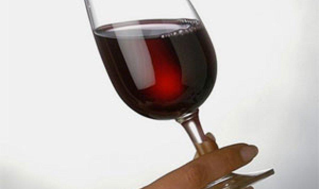 Υπάρχει σωστός τρόπος στο πως κρατάμε το ποτήρι του κρασιού? Ναι, και είναι από το πόδι και όχι από τον κορμό!  - Κυρίως Φωτογραφία - Gallery - Video