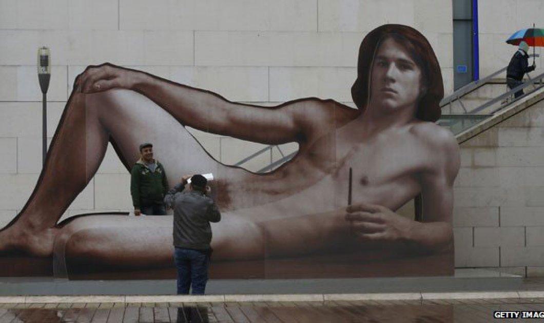 Ένας γυμνός άνδρας σε κοινή θέα εξακολουθεί να σοκάρει ενώ μία γυναίκα πάλι 'σιγά το θέαμα'... - Κυρίως Φωτογραφία - Gallery - Video