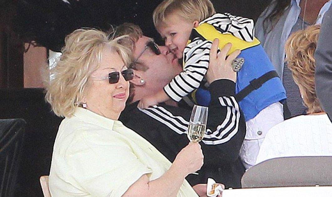 Μια χαρά μπαμπάς , ειλικρινά : ο Elton John αγκαλιά με τον γιό του Ζαχαρία βόλτα με το καροτσάκι , γιατί όχι? η αγάπη δεν έχει πια τόσα φίλτρα και εμπόδια - Κυρίως Φωτογραφία - Gallery - Video