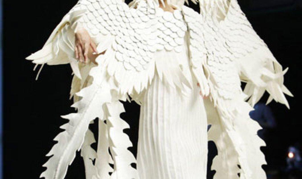 Δεν έχετε ξαναδεί τόσο ευφάνταστο δημιουργό μόδας- κινέζος ντύνει λευκές οπτασίες - Κυρίως Φωτογραφία - Gallery - Video