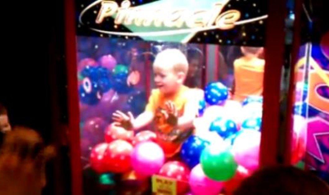 Smile: Στιγμές γέλιου χάρισε ένα μικρός μπόμπιρας σε λούνα παρκ όταν μπήκε μέσα σε μηχάνημα με μπάλες! (βίντεο) - Κυρίως Φωτογραφία - Gallery - Video
