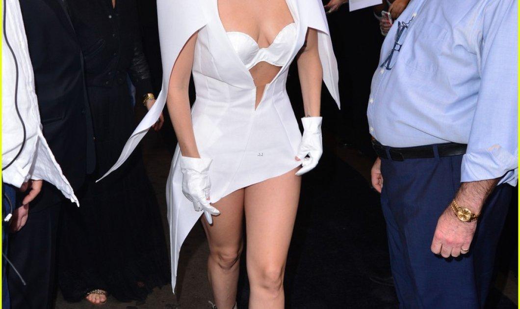 Με λευκό χάρτινο φουστάνι η Lady Gaga στο δημοφιλέστατο Goodmorning America για την προώθηση του Applause (φωτό & βίντεο)  - Κυρίως Φωτογραφία - Gallery - Video