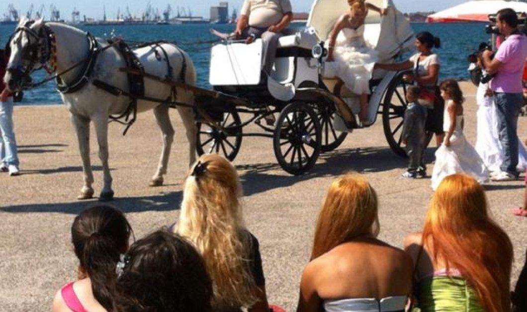 Σιγά μην αφήσουμε τον γάμο για την ΔΕΘ, σκέφτηκαν οι τσιγγάνοι της Θεσσαλονίκης και χθες το απόγευμα, τσιγγάνικος γάμος μπροστά στο Λευκό Πύργο!   - Κυρίως Φωτογραφία - Gallery - Video