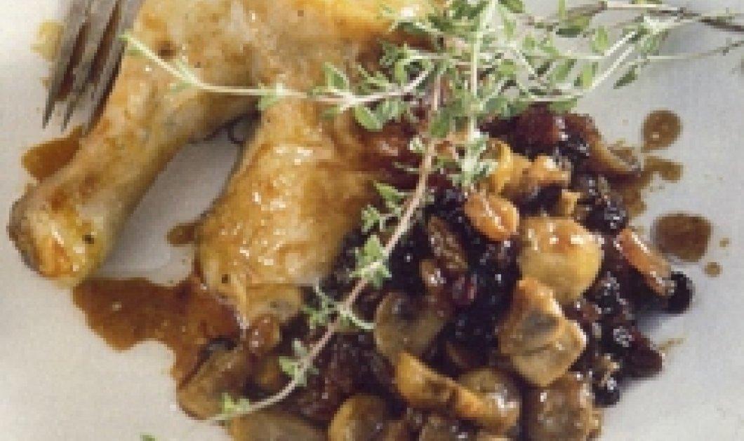 O Hλίας Μαμαλάκης δημιουργεί κοτόπουλο γεμιστό με μανιτάρια, ξανθές και μαύρες σταφίδες με σάλτσα από πετιμέζι και γλυκό κρασί! Απλά υπέροχο!  - Κυρίως Φωτογραφία - Gallery - Video
