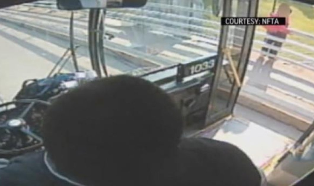 Λίγο πριν τη «βουτιά στο κενό», οδηγός λεωφορείου αποτρέπει μια γυναίκα από την αυτοκτονία (βίντεο) - Κυρίως Φωτογραφία - Gallery - Video