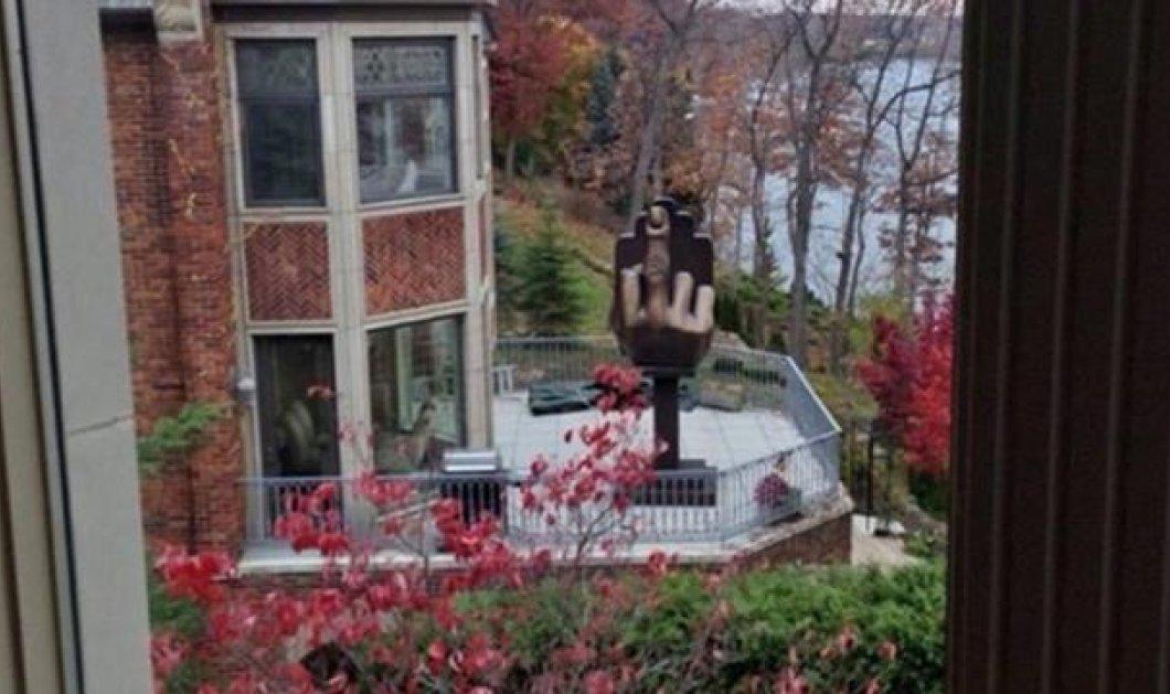 Smile: Η απίστευτη αντίδραση απατημένου άντρα στις ΗΠΑ: Ενοικίασε το διπλανό σπίτι από την πρώην σύζυγό του κι έβαλε στον κήπο ένα άγαλμα...με υψωμένο το μεσαίο δάχτυλο! (φωτό & βίντεο) - Κυρίως Φωτογραφία - Gallery - Video