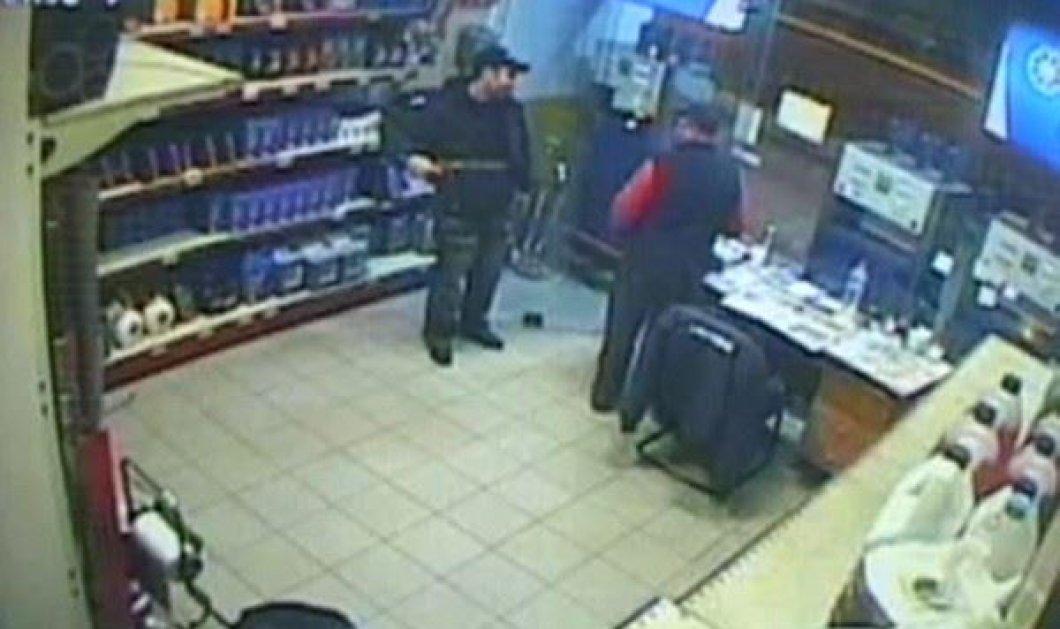 Το βίντεο της ημέρας από την καρέ καρέ ένοπλη ληστεία χθες σε βενζινάδικο της Θεσσαλονίκης - μεγάλο θράσος ο «νεαρός» !!!  - Κυρίως Φωτογραφία - Gallery - Video