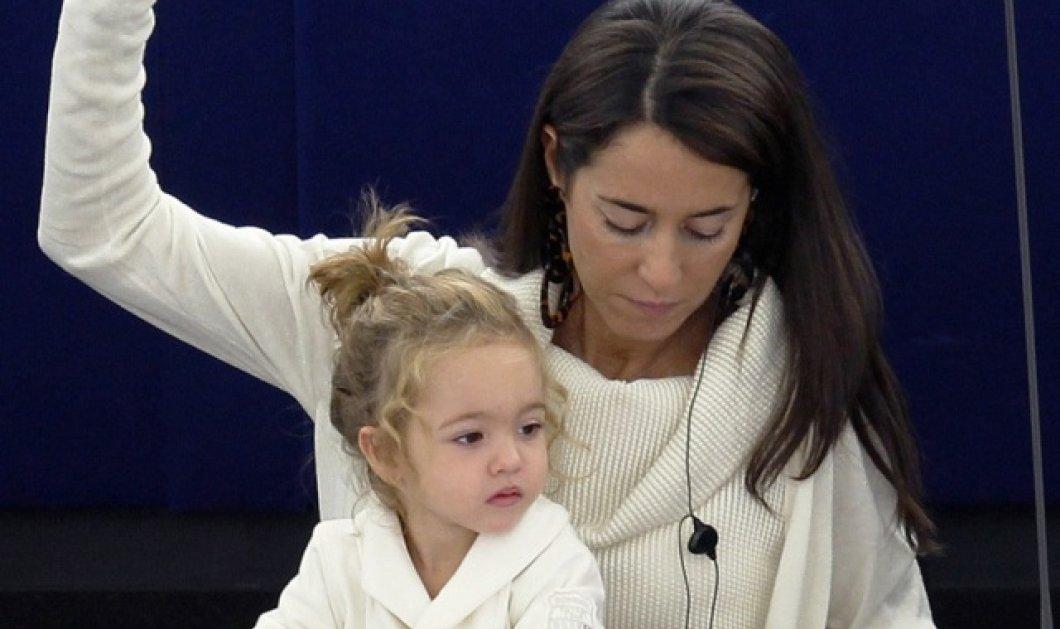 Από μικρή στα βάσανα! Η μικρή Βιτόρια μεγαλώνει στο Ευρωκοινοβούλιο και ψηφίζει με τη μαμά της Λίτσια Ροντσούλι! (φωτό) - Κυρίως Φωτογραφία - Gallery - Video