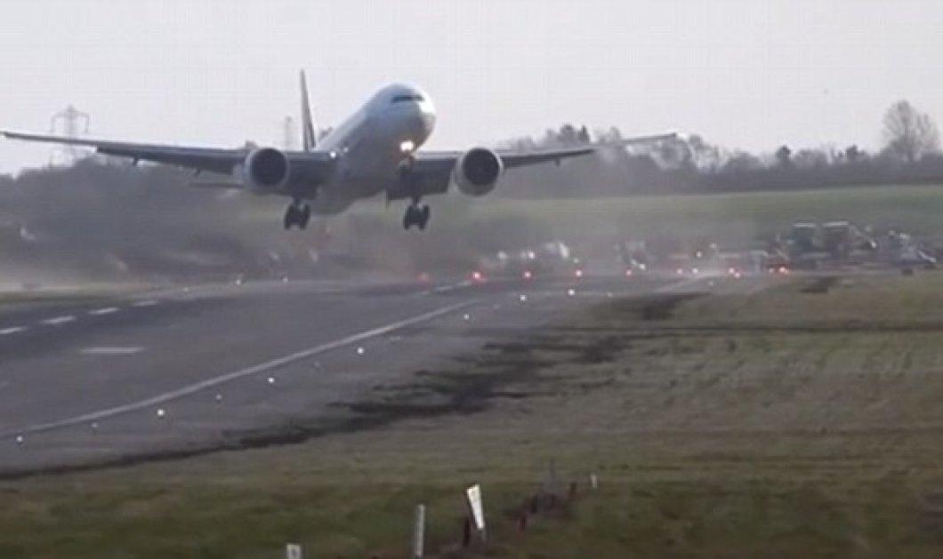 Φοβερό βίντεο: Οι απίστευτες προσπάθειες των πιλότων να προσγειώσουν τα αεροπλάνα τους στο αεροδρόμιο του Μπέρμιγχαμ στη Αγγλία-Σαν...φτερό στον θυελλώδη άνεμο! (βίντεο) - Κυρίως Φωτογραφία - Gallery - Video