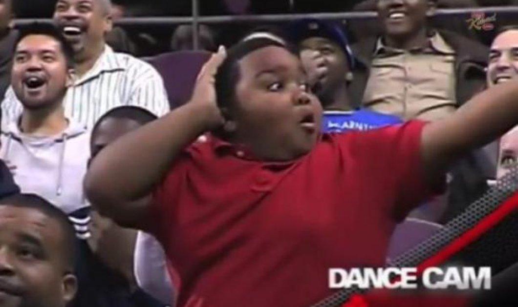 Smile: Νεαρός μαγεύει το Youtube και ένα ολόκληρο γήπεδο του NBA με τις χορευτικές του ικανότητες! (βίντεο) - Κυρίως Φωτογραφία - Gallery - Video