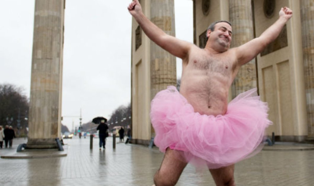 Smile: Όταν ένας καθωσπρέπει άνδρας ποζάρει με ροζ φουστίτσα του μπαλέτου για καλό σκοπό με χιούμορ! (φωτό)  - Κυρίως Φωτογραφία - Gallery - Video