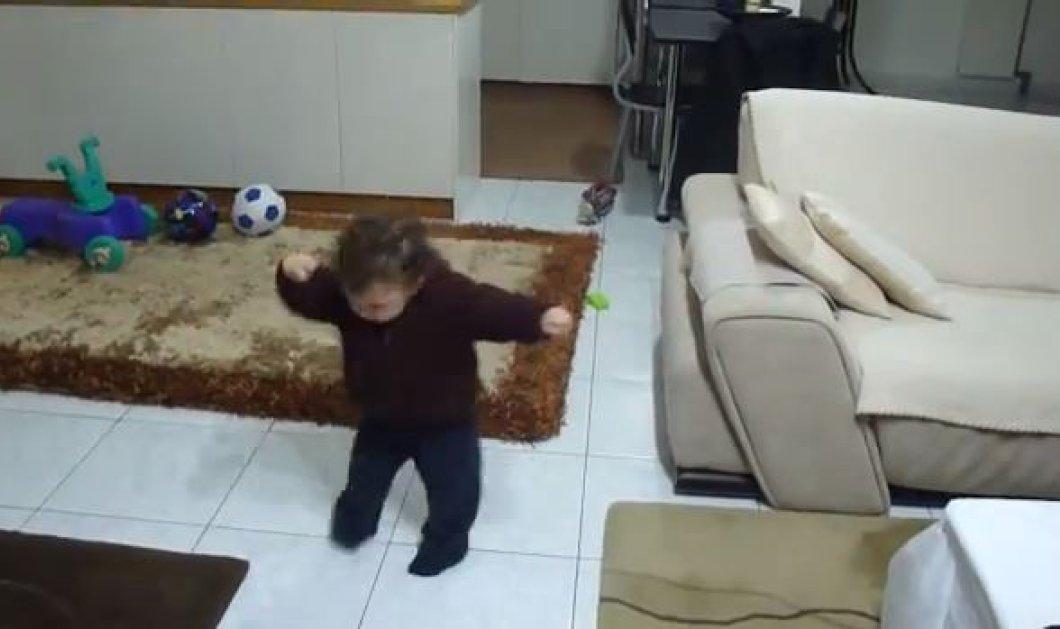 Smile: Φοβερό βίντεο με ένα απίστευτο μωρό να χορεύει... ζεϊμπέκικο και να το διασκεδάζει! (βίντεο) - Κυρίως Φωτογραφία - Gallery - Video