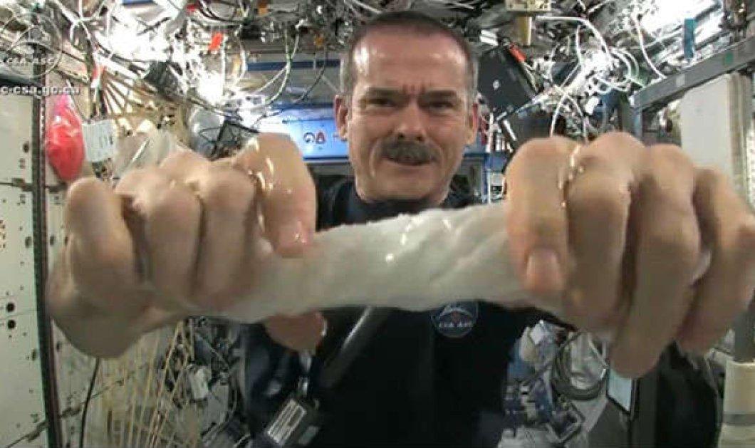 Eκπληκτικό βίντεο - Δείτε τι θα γίνει όταν στύψεις μια βρεγμένη πετσέτα στο διάστημα! (βίντεο) - Κυρίως Φωτογραφία - Gallery - Video