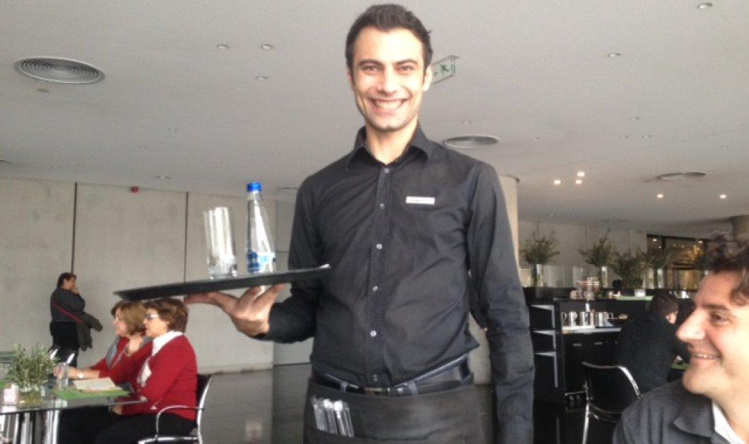Βρήκα το πρόσωπο του Τουρισμού της Ελλάδας: ο σερβιτόρος ο Γιώργος στο καφέ του Μουσείου της Ακρόπολης -χαμόγελο, εξυπηρέτηση, 10 με τόνο!  - Κυρίως Φωτογραφία - Gallery - Video