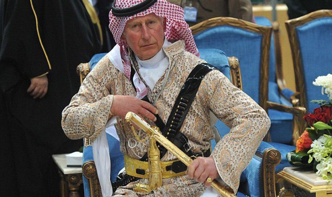 Ο πρίγκιπας Κάρολος ως άλλος Λώρενς της Αραβίας, χόρεψε τον χορό των σπαθιών στη Σαουδική Αραβία (φωτό & βίντεο) - Κυρίως Φωτογραφία - Gallery - Video