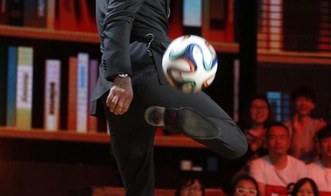 Αυτός ο άνδρας δεν υπάρχει! Ντέιβιντ Μπέκαμ σε άψογο στυλ κάνει ποδοσφαιρικές φιγούρες στο κινέζικο The Voice και συναρπάζει την υφήλιο! Φοράει και κοστούμι! (φωτό - βίντεο) - Κυρίως Φωτογραφία - Gallery - Video