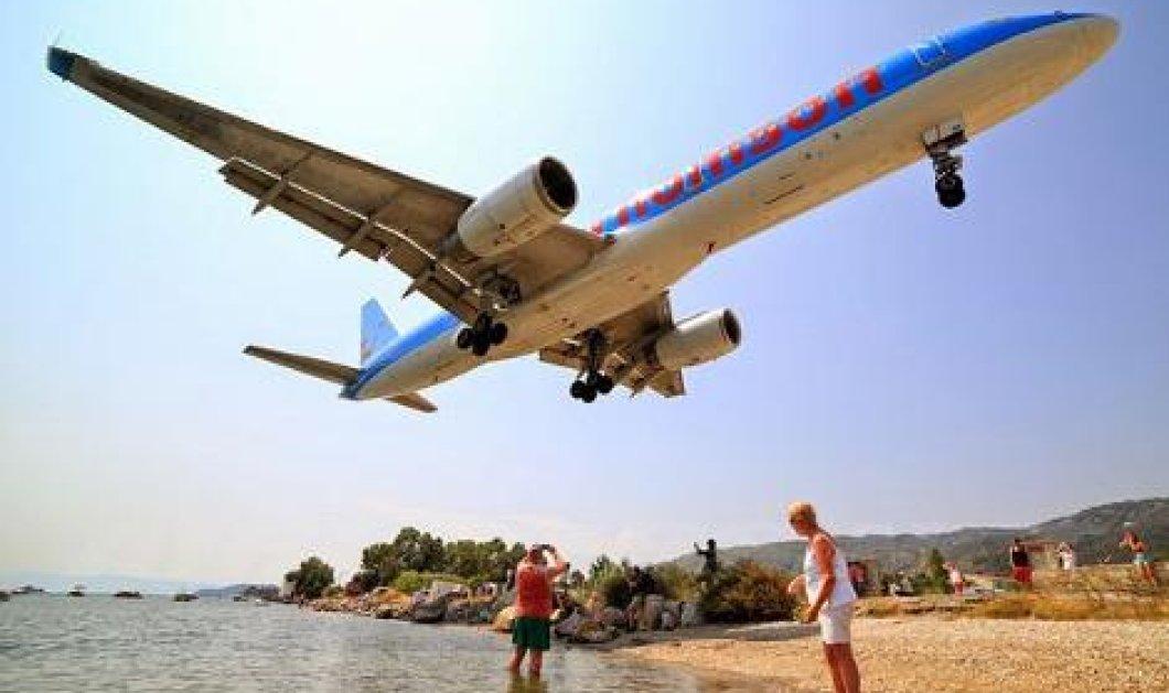 «Ξυστά» πάνω από τα κεφάλια του κόσμου περνούν τα αεροπλάνα για να προσγειωθούν στο μικρό αεροδρόμιο της Σκιάθου δίπλα στη θάλασσα (φωτό & βίντεο) - Κυρίως Φωτογραφία - Gallery - Video