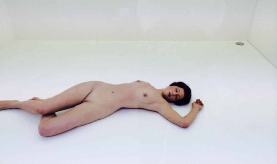 Αποκλειστικό: Μια γυμνή ξαπλωμένη γυναίκα κοιμάται επί μέρες στην ίδια στάση στη βιτρίνα μιας γκαλερί στις Βρυξέλλες χωρίς τίποτε να της χαλάει τον γλυκό ύπνο! (φωτό)  - Κυρίως Φωτογραφία - Gallery - Video