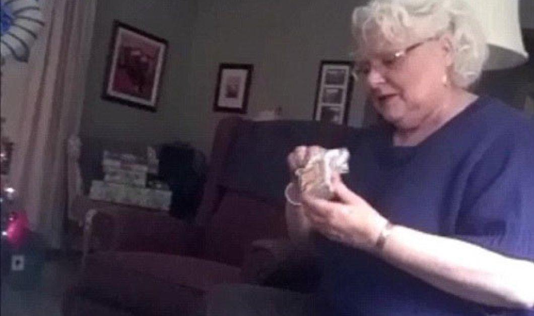 O κλαυσίγελος της γιαγιάς που μαθαίνει ότι η κόρη της θα φέρει τον κόσμο ένα εγγονάκι  - Κυρίως Φωτογραφία - Gallery - Video