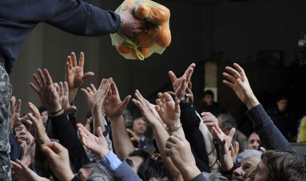 Να τα μας πάλι: Φωτογραφία της ημέρας στον Guardian η δωρεάν διανομή τροφίμων στην Αθήνα - Κυρίως Φωτογραφία - Gallery - Video