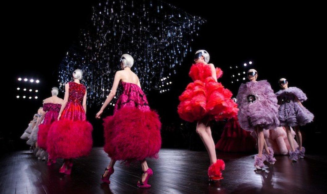 Η θεατρικότητα στα ρούχα του Alexander McQueen συνεχίζεται παρά την ''αναχώρηση'' του ίδιου - Κυρίως Φωτογραφία - Gallery - Video