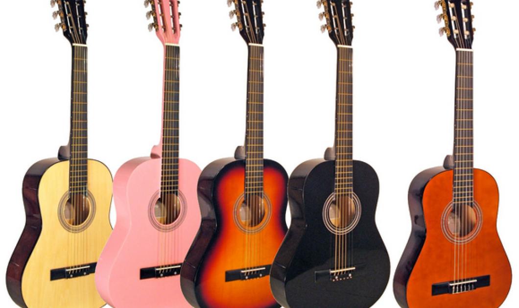 Πραγματικά απίστευτος: Νεαρός βιρτουόζος παίζει με... 5 κιθάρες! Απολαύστε τον! (βίντεο) - Κυρίως Φωτογραφία - Gallery - Video