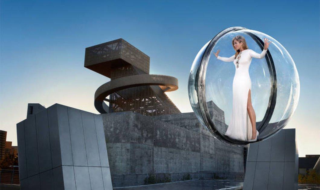 H Τζένιφερ Άνιστον στο πιο high tech εξώφυλλο που έγινε ποτέ: Σε διάφανη μπάλα από plexiglass αγναντεύει το Los Angeles! (Φωτό)  - Κυρίως Φωτογραφία - Gallery - Video
